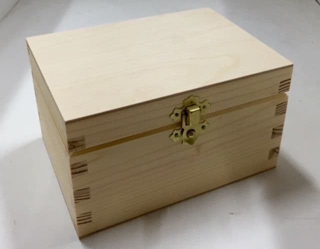 Pine wood box with lid  16x11.5x9.5 CM